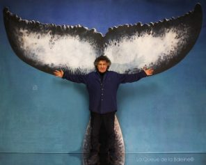 Alain Chaballe, portraitiste à Montmartre. devant La Queue de la Baleine.