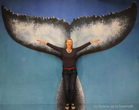 Muriel Licour à l'atelier à Montreuil devant La Queue de la Baleine.