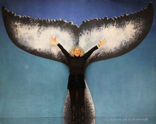Isabelle Langerome à l'atelier à Montreuil devant La Queue de la Baleine.