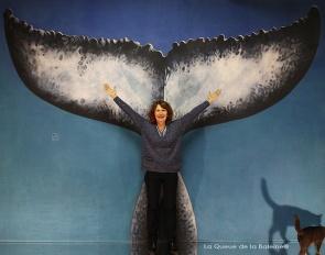 Monique Michonneau à l'atelier à Montreuil devant La Queue de la Baleine.