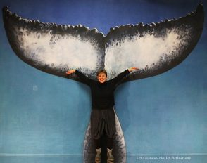 Nathalie TaKaichuili à l'atelier à Montreuil devant La Queue de la Baleine.
