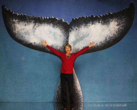 Annie Luton devant La Queue de la Baleine.