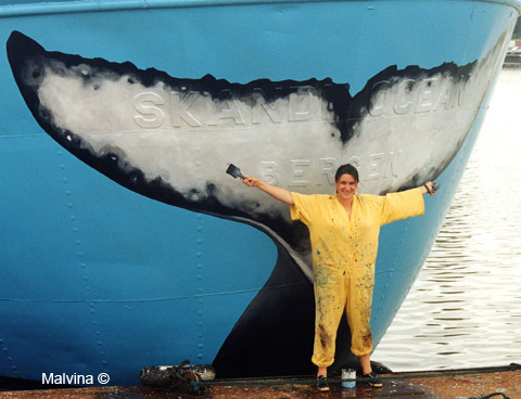 Malvina devant sa première queue de baleine à la poupe du navire Sea Shepherd III en 1997.