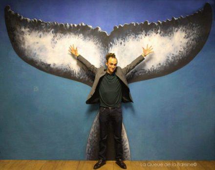 Thomas Livonnet à l'atelier devant La Queue de la Baleine