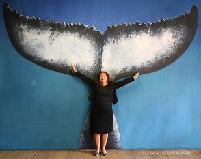 Annie Mollard Desfour devant La Queue de la Baleine.
