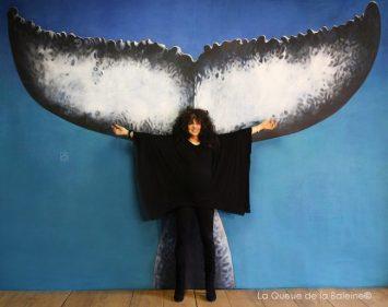 Leila Vigné devant La Queue de la Baleine.