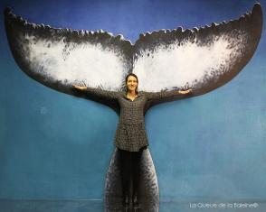 Isabelle Pâque devant La Queue de la Baleine.