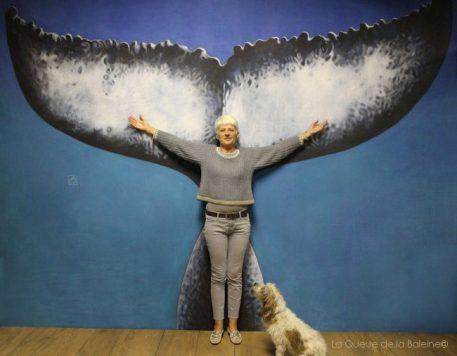 Nelly Rambaud à l'atelier devant La Queue de la Baleine
