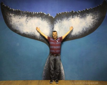 Gomes Olivier à l'atelier devant La Queue de la Baleine