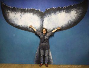 Geneviéve Gautier à l'atelier devant La Queue de la Baleine