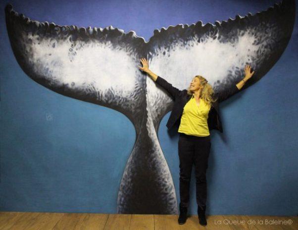 Abigaelle Allain à l'atelier devant La Queue de la Baleine