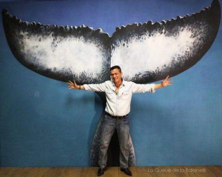 Bekka Nicolas à l'atelier devant La Queue de la Baleine