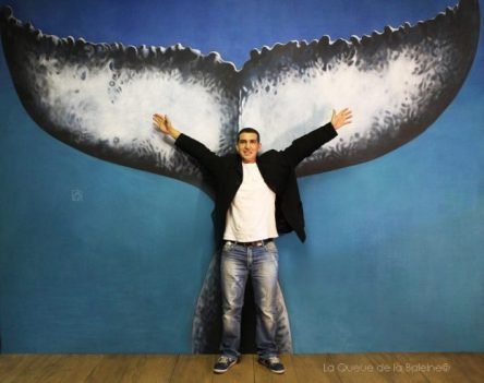 Chérif Bekka à l'atelier devant La Queue de la Baleine