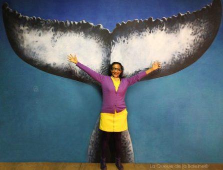 Ketty Laurent à l'atelier devant La Queue de la Baleine