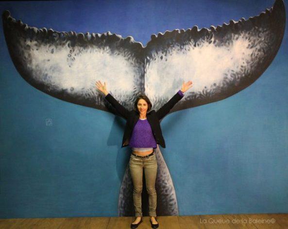 Anna Neim à l'atelier devant La Queue de la Baleine