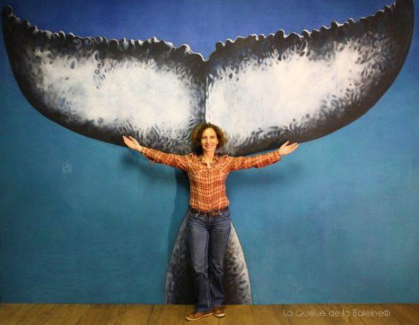 Geneviève Nouguier à l'atelier devant La Queue de la Baleine