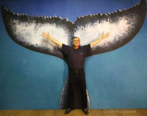 Jacky Idee à l'atelier devant La Queue de la Baleine