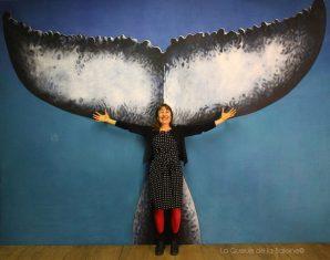 Nathalie Duhot à l'atelier devant La Queue de la Baleine