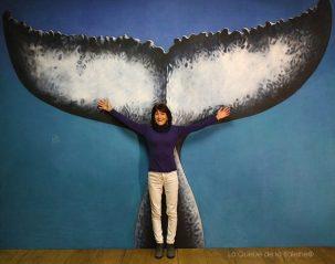 Myriam Le Guern à l'atelier devant La Queue de la Baleine
