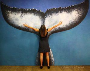 Vanessa Tomanic à l'atelier devant La Queue de la Baleine