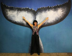 Charlotte Rondelle à l'atelier devant La Queue de la Baleine