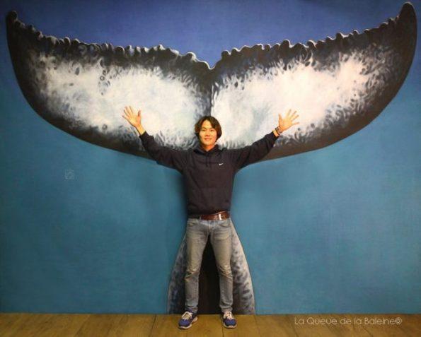 Rounz à l'atelier devant La Queue de la Baleine