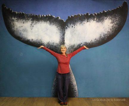 Marie france Orillon à l'atelier devant La Queue de la Baleine