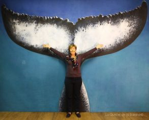 Martine Blanc à l'atelier devant La Queue de la Baleine