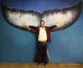 Benoit Blanc à l'atelier devant La Queue de la Baleine