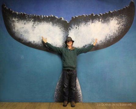 Francis Voignier à l'atelier devant La Queue de la Baleine