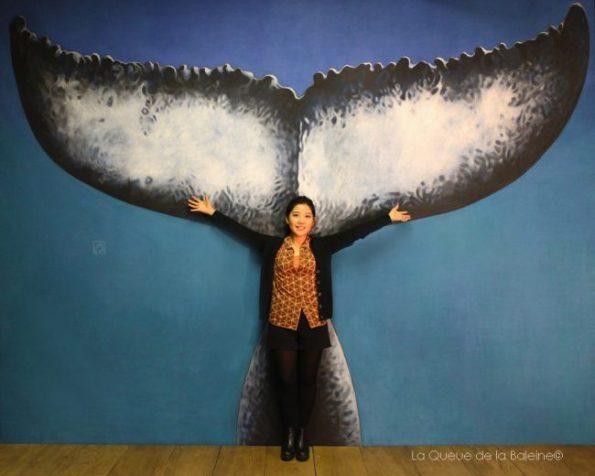 Jee Eon Kim à l'atelier devant La Queue de la Baleine