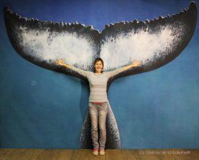 Laurence Preuss à l'atelier devant La Queue de la Baleine