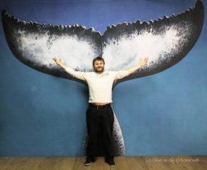 Charles Beirnaert à l'atelier devant La Queue de la Baleine