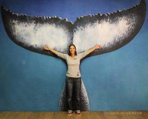 Roxane de Beaussière à l'atelier devant La Queue de la Baleine