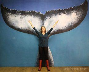 Stela Starkovic à l'atelier devant La Queue de la Baleine