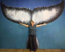 Marie Ziatoff à l'atelier devant La Queue de la Baleine