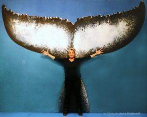 Christine Nicolas, aquarelliste, devant La Queue de la Baleine au FMISM à Marseille