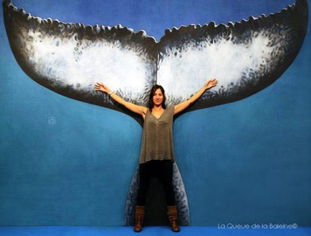 Julie Gautier, réalisatrice et apnéiste, devant La Queue de la Baleine au FMISM à Marseille