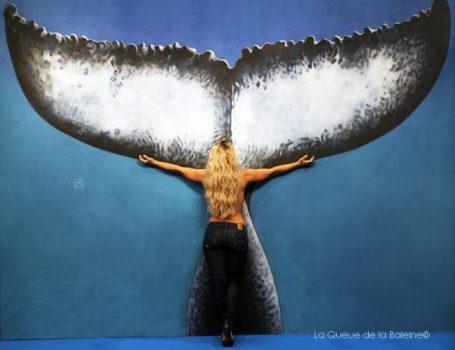 Hélène Souche devant La Queue de la Baleine au FMISM à Marseille