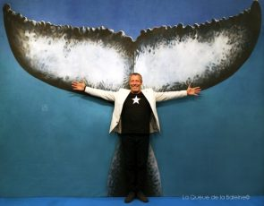 Ariel Fuchs, docteur en sciences marines, devant La Queue de la Baleine au FMISM à Marseille