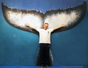 Michael Viret devant La Queue de la Baleine au FMISM à Marseille