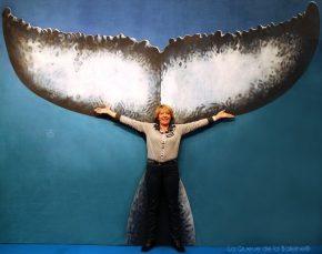 Sylvie Sounit devant La Queue de la Baleine au FMISM à Marseille