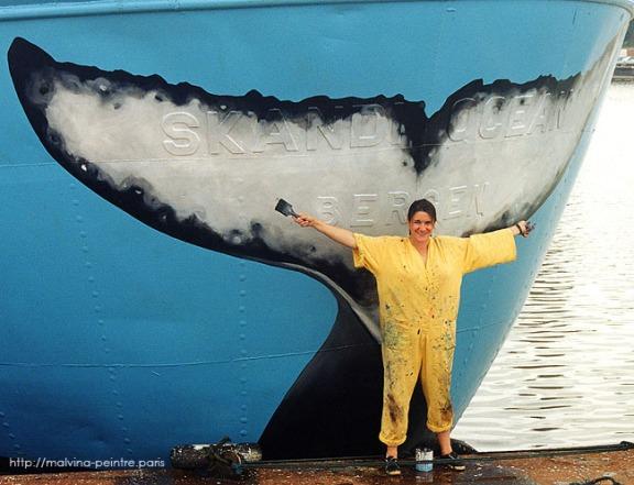 Malvina peint la poupe du navire